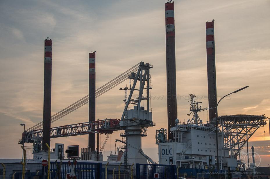 """Offshore Installationsschiff """"Friedrich Ernestine"""" mit LIEBHERR BOS 35000 Hauptkran"""