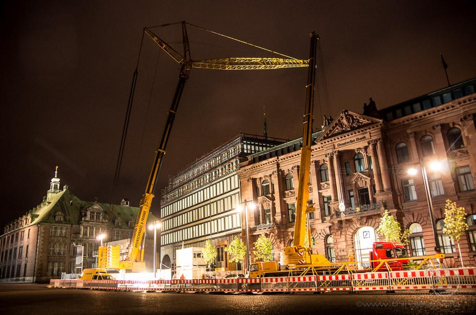 Nächtlicher Kraneinsatz an der Baustelle der Bremer Landesbank.